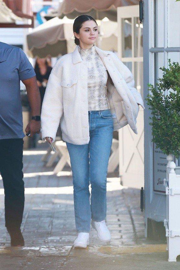 Nhí nhảnh như gái mới lớn, Selena Gomez xuống phố với trang phục màu sắc không giống ai Ảnh 6