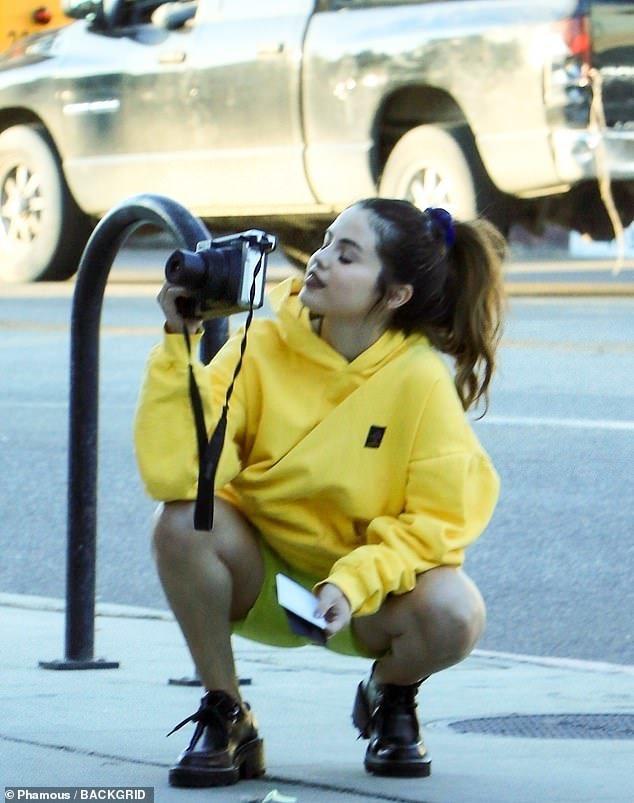 Nhí nhảnh như gái mới lớn, Selena Gomez xuống phố với trang phục màu sắc không giống ai Ảnh 4