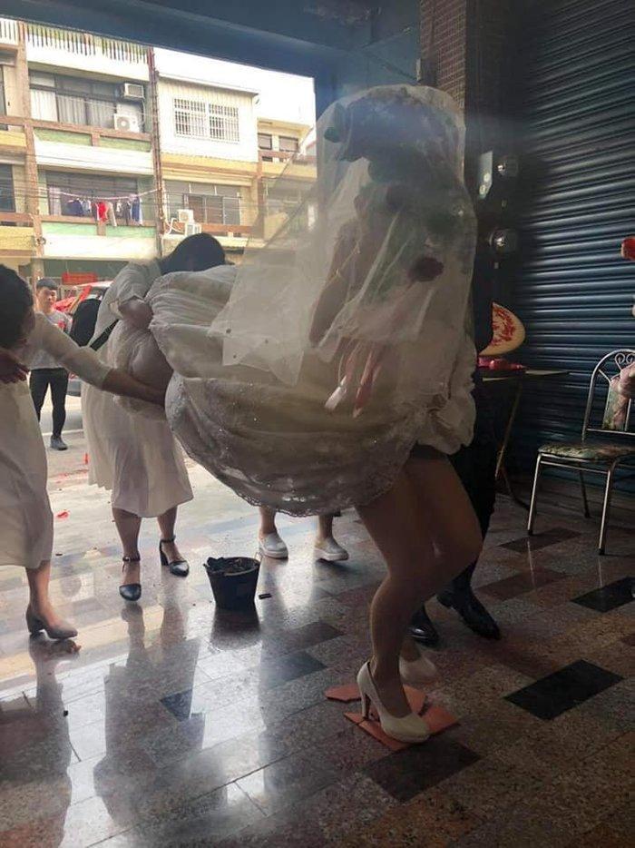 Cô dâu suýt lộ nội y trong ngày cưới chỉ vì hành động này của đám bạn Ảnh 1