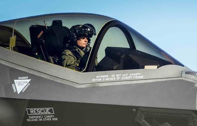Thấy gì qua chiếc mũ 9 tỷ đồng dành cho phi công chiến đấu cơ F-35? Ảnh 10