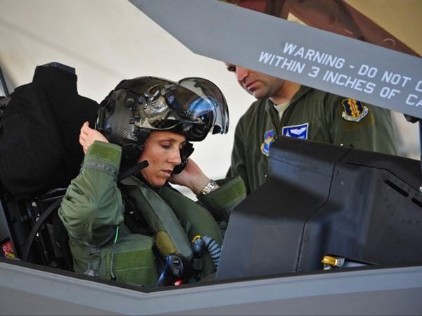 Thấy gì qua chiếc mũ 9 tỷ đồng dành cho phi công chiến đấu cơ F-35? Ảnh 5