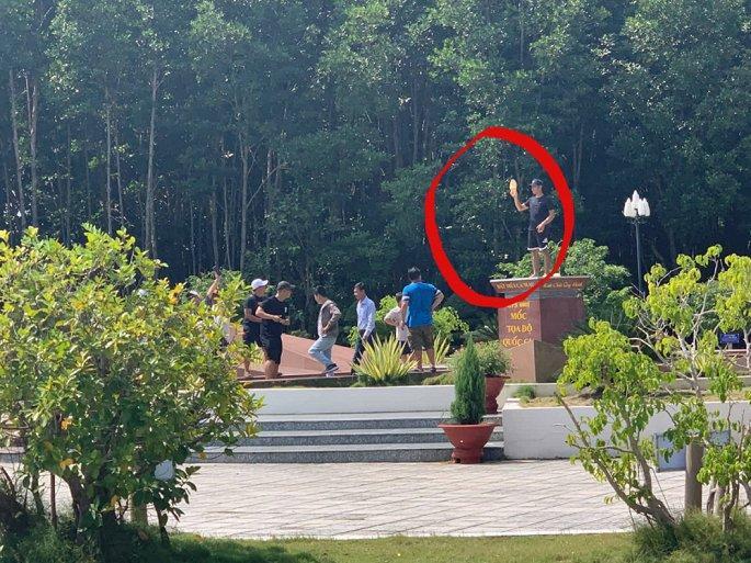 Hướng dẫn viên bị kỷ luật vì chụp ảnh du khách đứng trên cột mốc tọa độ quốc gia Ảnh 1