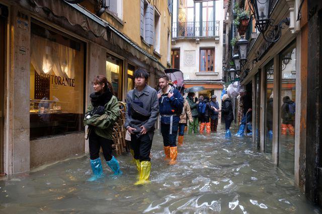 Hàng trăm khách du lịch lội bì bõm tại Venice vì triều cường Ảnh 1