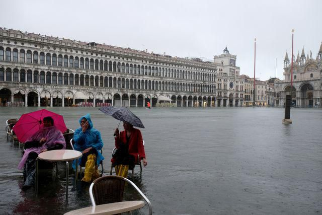 Hàng trăm khách du lịch lội bì bõm tại Venice vì triều cường Ảnh 2
