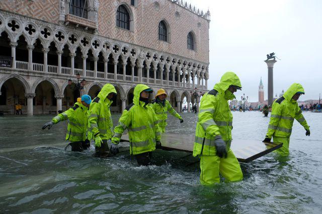 Hàng trăm khách du lịch lội bì bõm tại Venice vì triều cường Ảnh 5