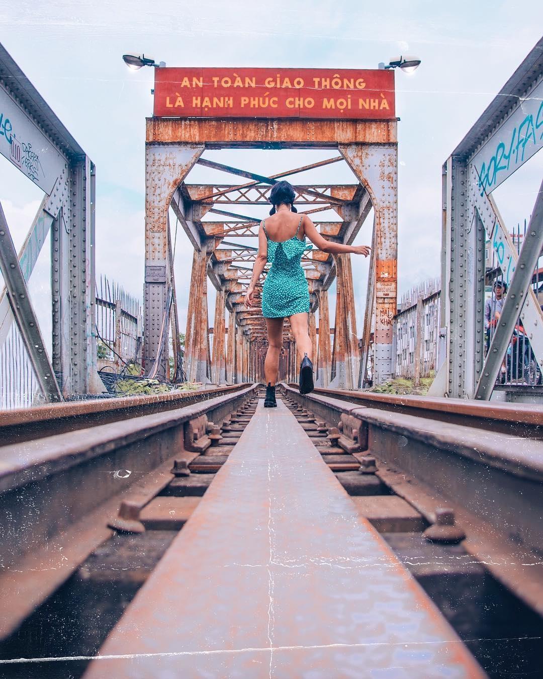 Bất chấp nguy hiểm, khách du lịch đổ xô đến cầu Long Biên chụp ảnh 'check-in' Ảnh 6