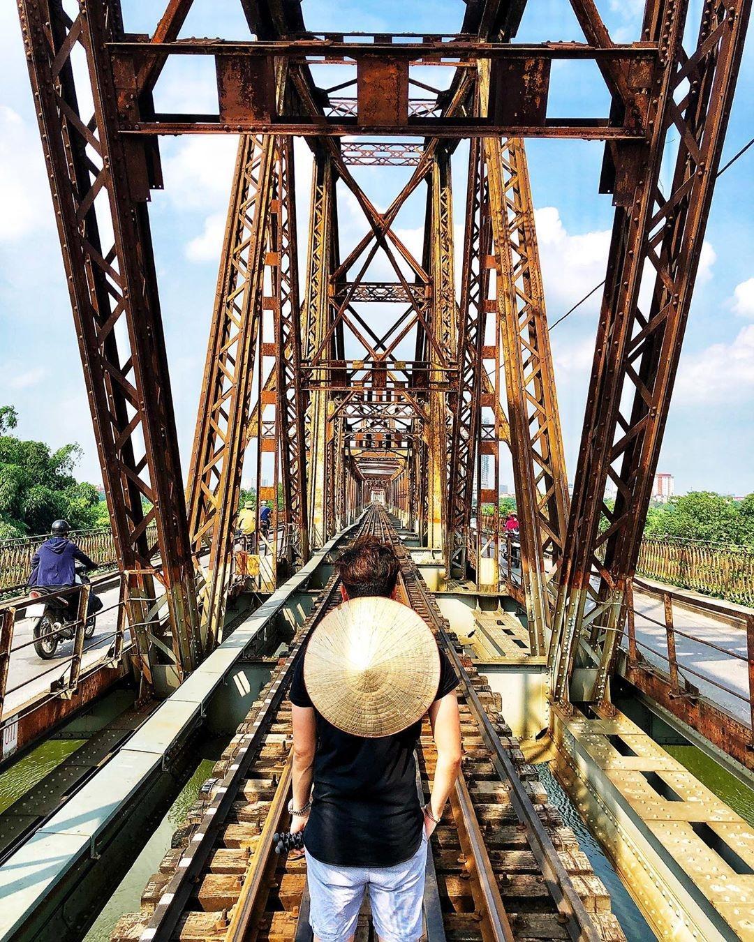 Bất chấp nguy hiểm, khách du lịch đổ xô đến cầu Long Biên chụp ảnh 'check-in' Ảnh 9