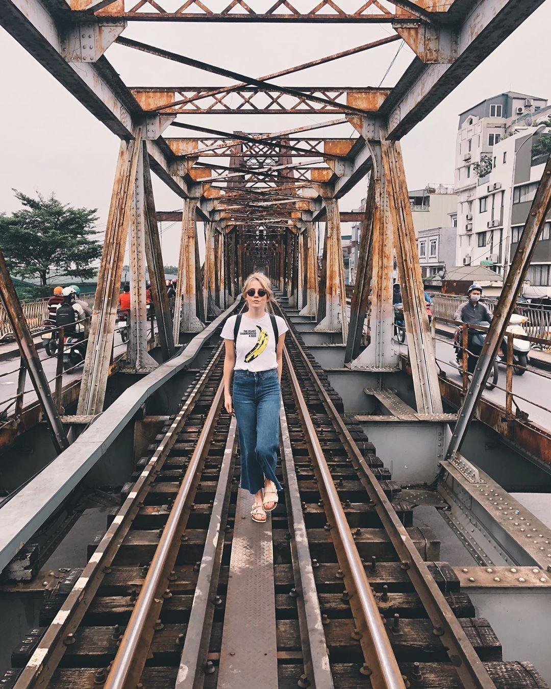 Bất chấp nguy hiểm, khách du lịch đổ xô đến cầu Long Biên chụp ảnh 'check-in' Ảnh 7