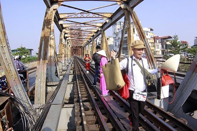 Bất chấp nguy hiểm, khách du lịch đổ xô đến cầu Long Biên chụp ảnh 'check-in' Ảnh 1