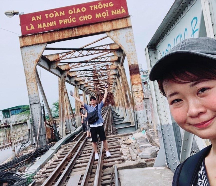 Bất chấp nguy hiểm, khách du lịch đổ xô đến cầu Long Biên chụp ảnh 'check-in' Ảnh 4