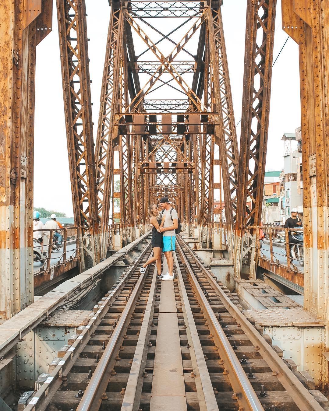 Bất chấp nguy hiểm, khách du lịch đổ xô đến cầu Long Biên chụp ảnh 'check-in' Ảnh 14