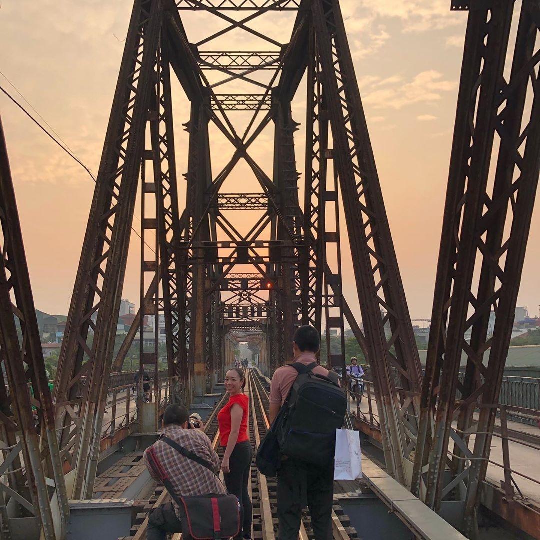 Bất chấp nguy hiểm, khách du lịch đổ xô đến cầu Long Biên chụp ảnh 'check-in' Ảnh 11