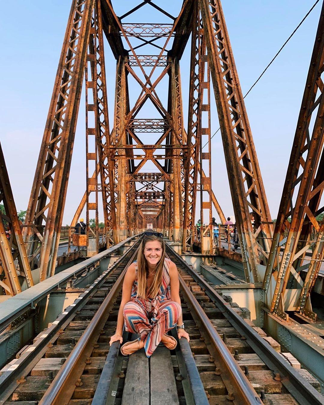 Bất chấp nguy hiểm, khách du lịch đổ xô đến cầu Long Biên chụp ảnh 'check-in' Ảnh 8