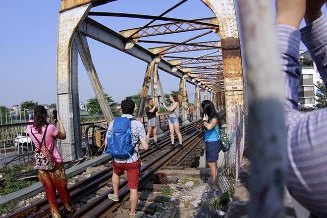 Bất chấp nguy hiểm, khách du lịch đổ xô đến cầu Long Biên chụp ảnh 'check-in' Ảnh 2