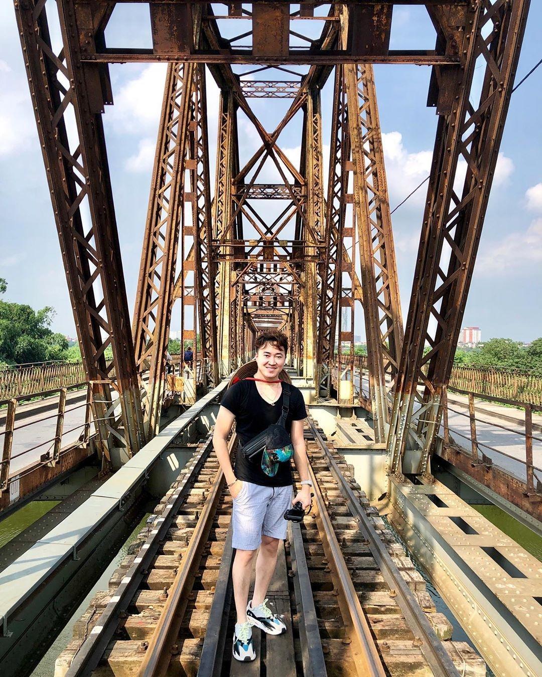 Bất chấp nguy hiểm, khách du lịch đổ xô đến cầu Long Biên chụp ảnh 'check-in' Ảnh 10