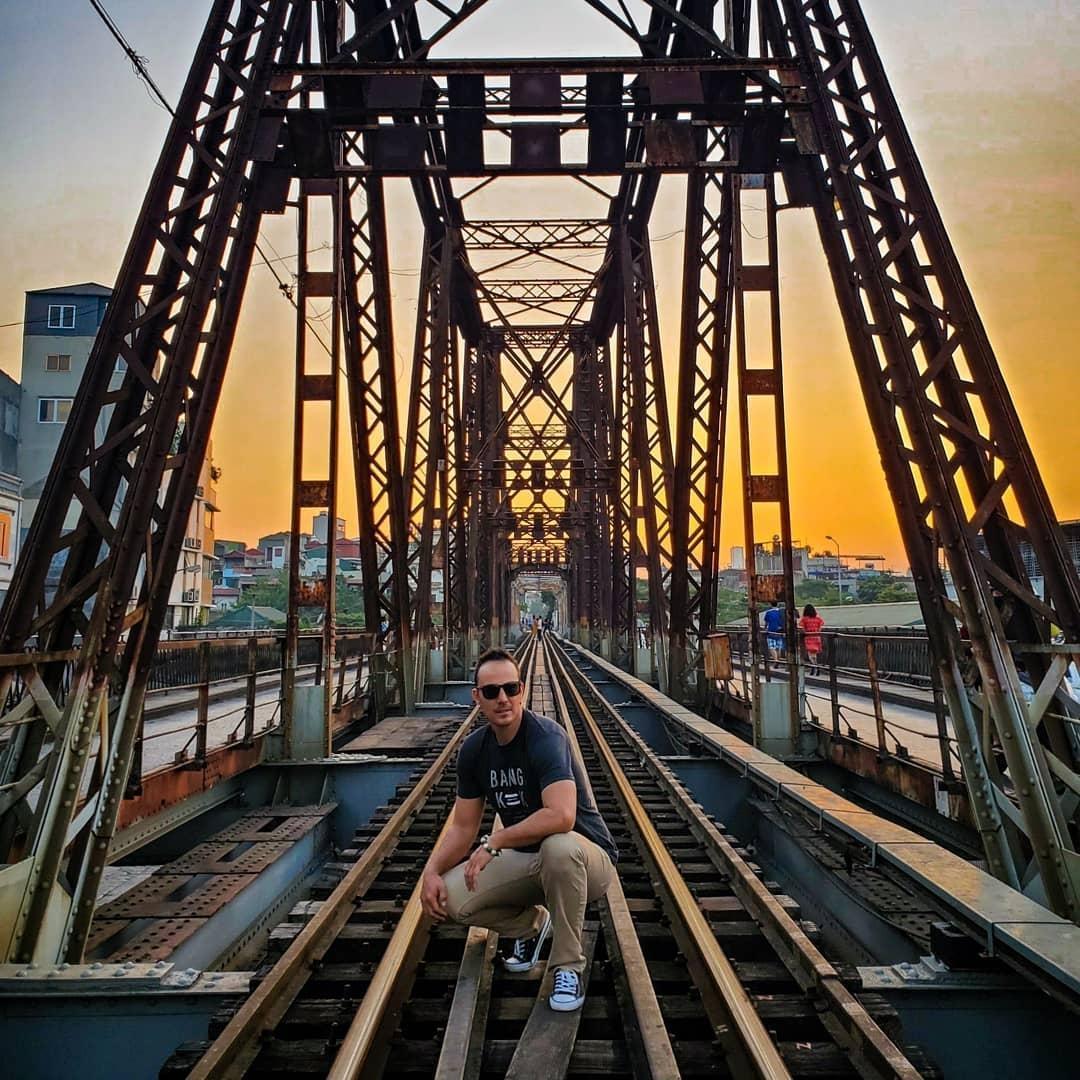 Bất chấp nguy hiểm, khách du lịch đổ xô đến cầu Long Biên chụp ảnh 'check-in' Ảnh 12