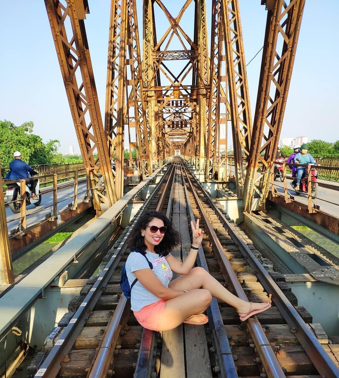 Bất chấp nguy hiểm, khách du lịch đổ xô đến cầu Long Biên chụp ảnh 'check-in' Ảnh 13