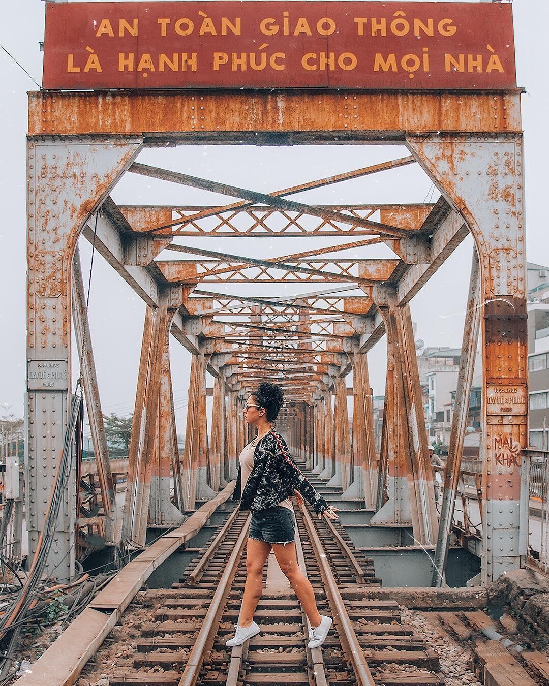 Bất chấp nguy hiểm, khách du lịch đổ xô đến cầu Long Biên chụp ảnh 'check-in' Ảnh 5