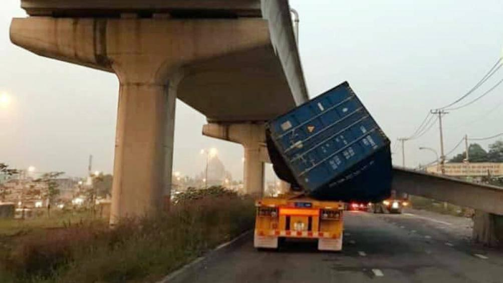 Vụ container kéo sập dầm cầu vượt: Thùng xe được 'độ' thêm? Ảnh 2