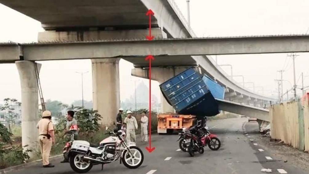 Vụ container kéo sập dầm cầu vượt: Thùng xe được 'độ' thêm? Ảnh 1