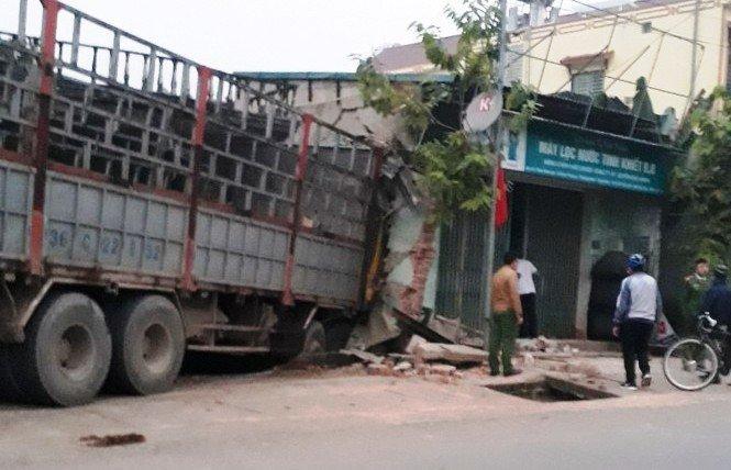 Xe tải lao thẳng vào 2 nhà dân ven QL47 lúc rạng sáng Ảnh 1