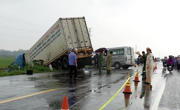 Tai nạn thảm khốc giữa xe 16 chỗ và xe container tại Quảng Ngãi: Thêm một nạn nhân tử vong Ảnh 1