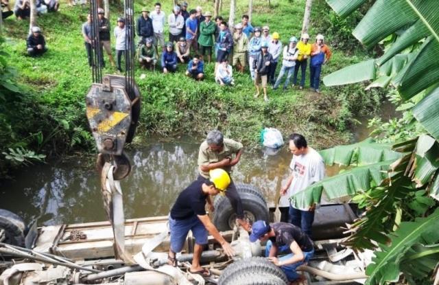 Trục vớt thành công xe khách 'ôm' 7 người lao xuống sông Ảnh 1