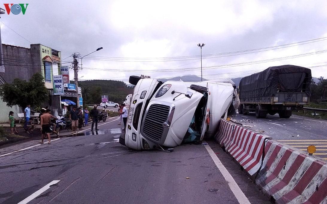 Bình Định xảy ra 2 vụ lật xe container trong cùng ngày Ảnh 1