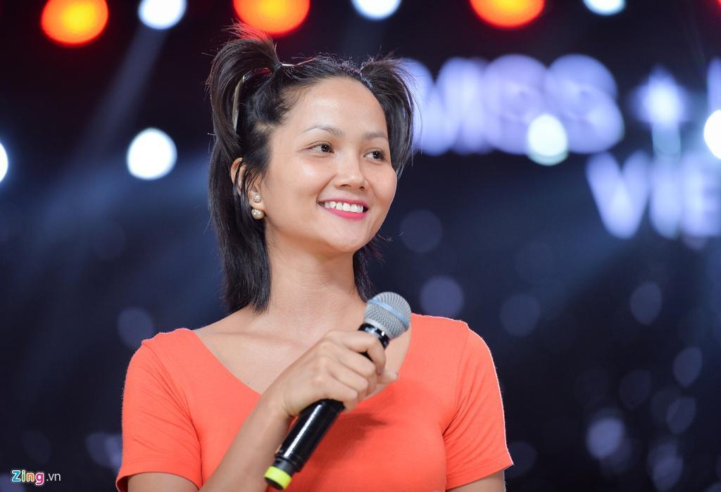 H'Hen Niê mặt mộc, mặc hở eo đi tổng duyệt Hoa hậu Hoàn vũ Việt Nam Ảnh 5