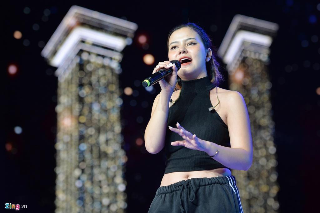 H'Hen Niê mặt mộc, mặc hở eo đi tổng duyệt Hoa hậu Hoàn vũ Việt Nam Ảnh 7