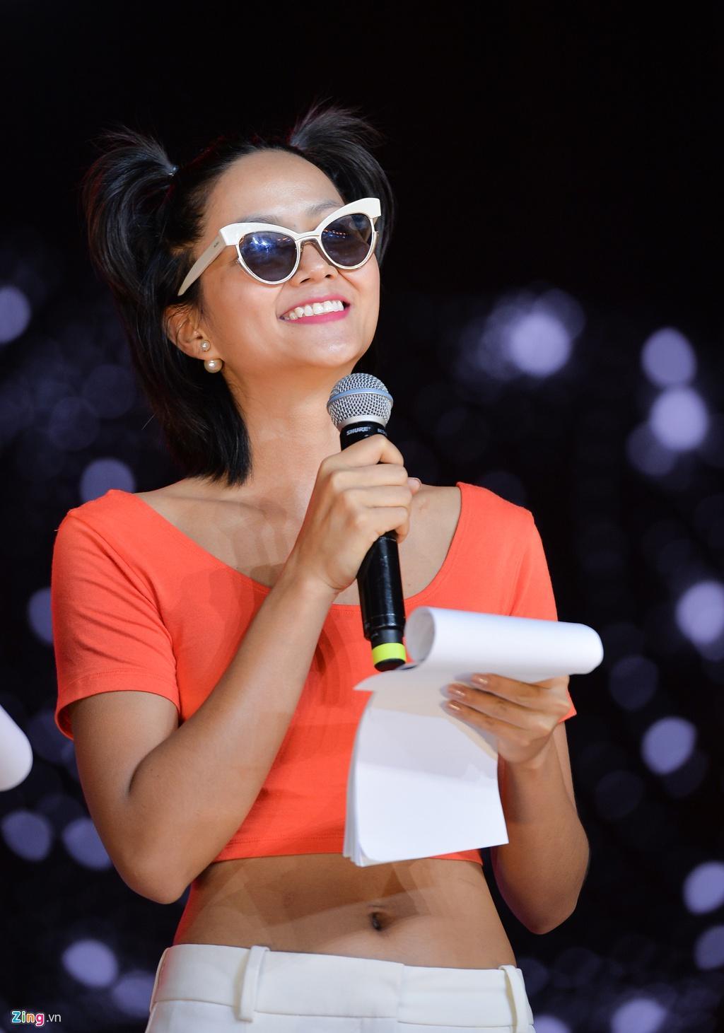 H'Hen Niê mặt mộc, mặc hở eo đi tổng duyệt Hoa hậu Hoàn vũ Việt Nam Ảnh 3