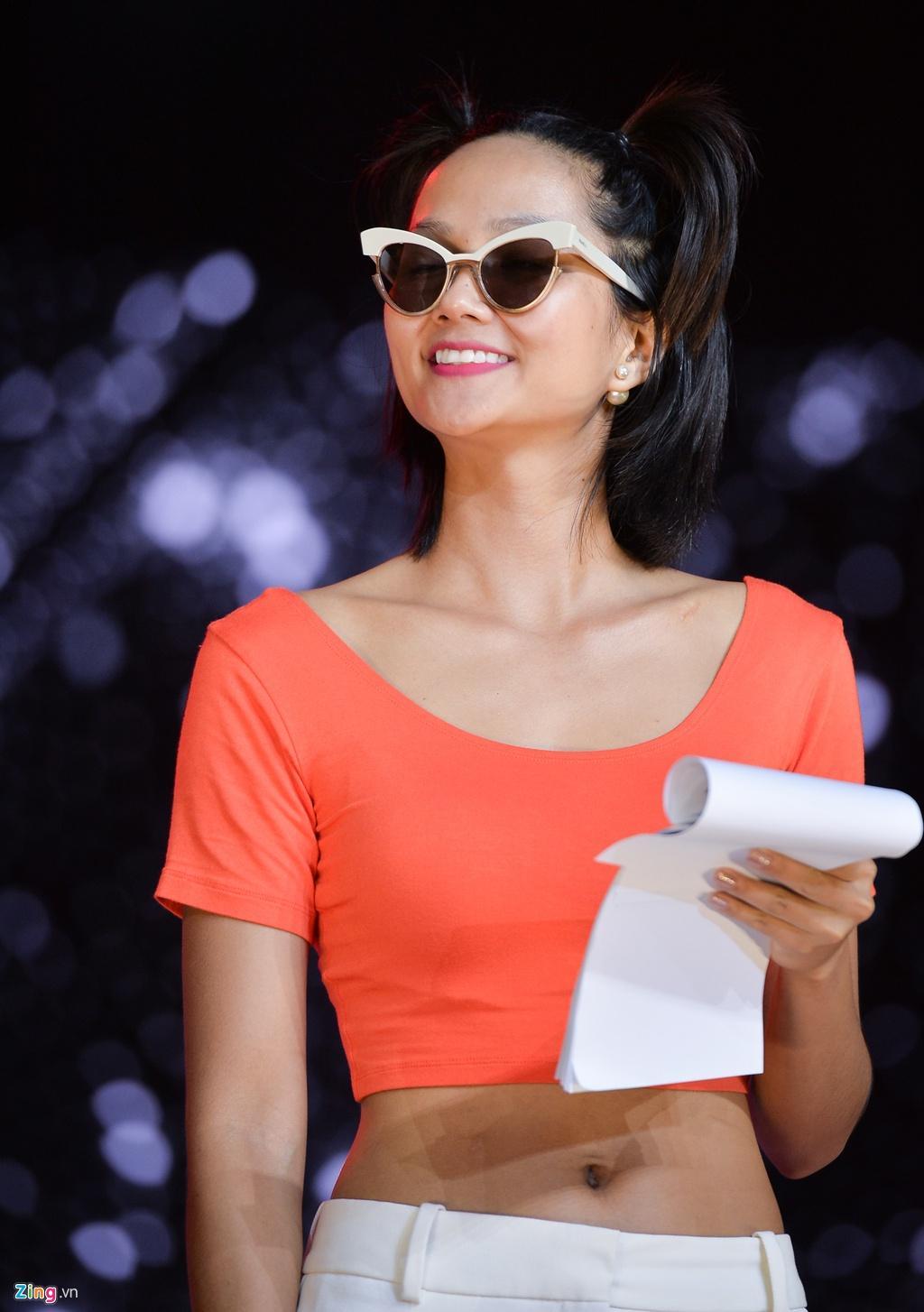 H'Hen Niê mặt mộc, mặc hở eo đi tổng duyệt Hoa hậu Hoàn vũ Việt Nam Ảnh 2