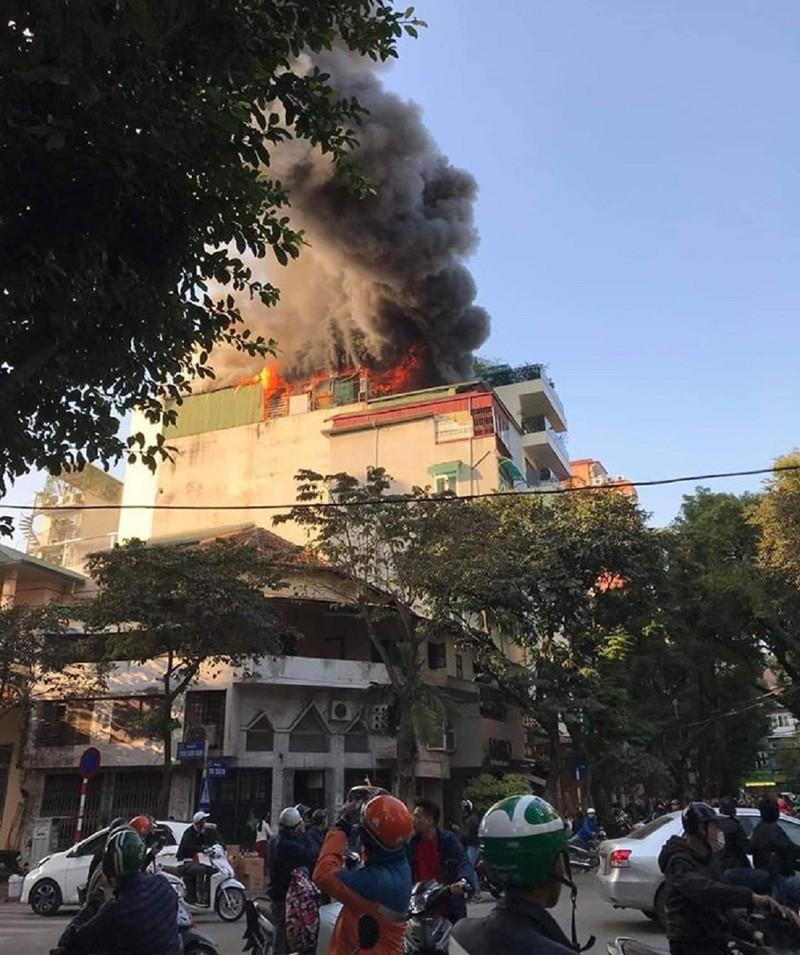 Quán karaoke ở trung tâm Hà Nội cháy lớn Ảnh 2