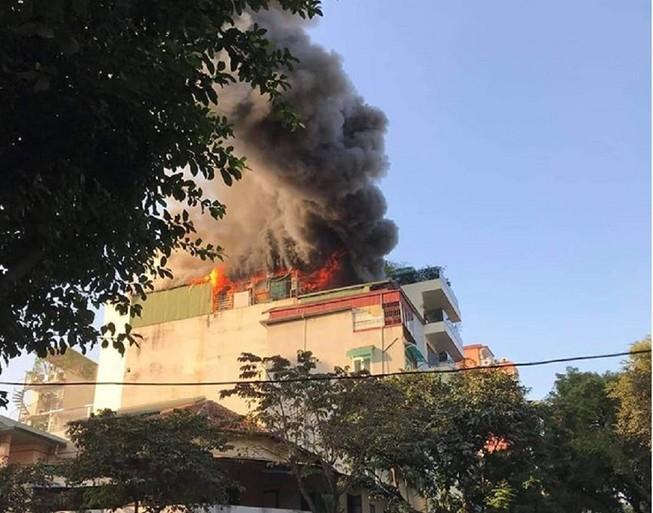 Quán karaoke ở trung tâm Hà Nội cháy lớn Ảnh 1
