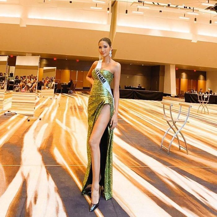 Hoàng Thùy diện đầm xẻ đùi khoe chân dài 1m16: Đẹp rạng rỡ chuẩn Hoa hậu Hoàn vũ Ảnh 1