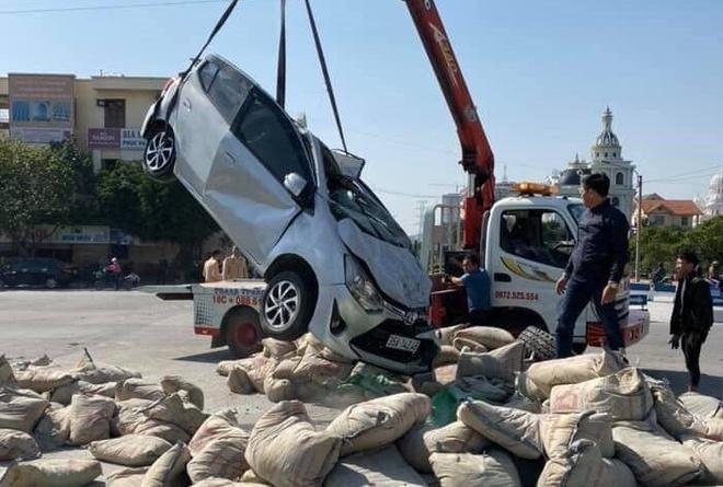 Ôtô tải cùng hàng chục bao xi măng đè chết tài xế xe con Ảnh 1