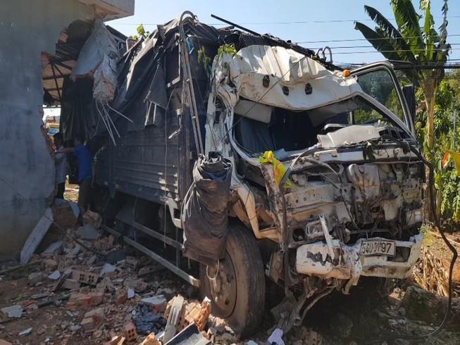 Xe tải lao vào nhà dân, gia đình 5 người kịp thoát thân Ảnh 1