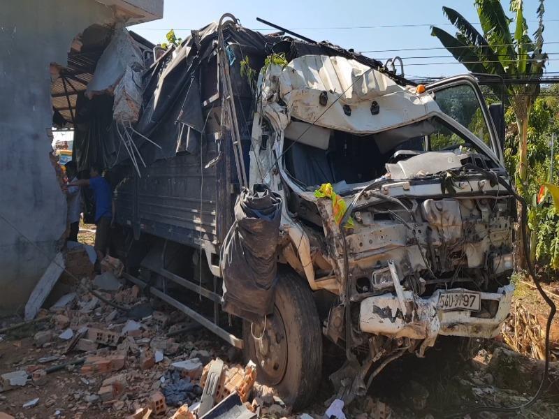 Xe tải lao vào nhà dân, gia đình 5 người kịp thoát thân Ảnh 2