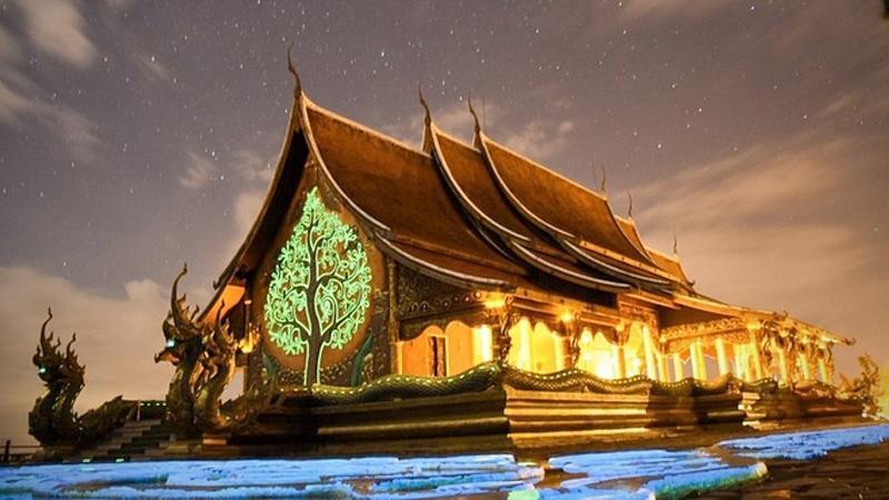 Du khách kéo nhau đến xem ngôi đền 'phát sáng' trên đỉnh đồi ở Thái Lan Ảnh 1