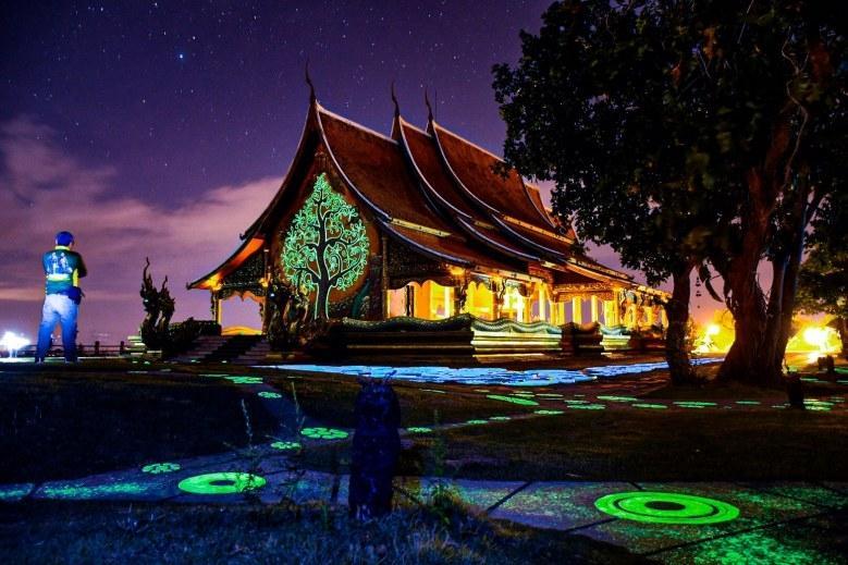 Du khách kéo nhau đến xem ngôi đền 'phát sáng' trên đỉnh đồi ở Thái Lan Ảnh 4