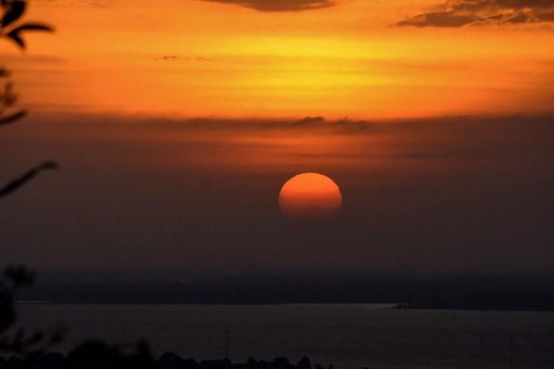 Du khách kéo nhau đến xem ngôi đền 'phát sáng' trên đỉnh đồi ở Thái Lan Ảnh 2
