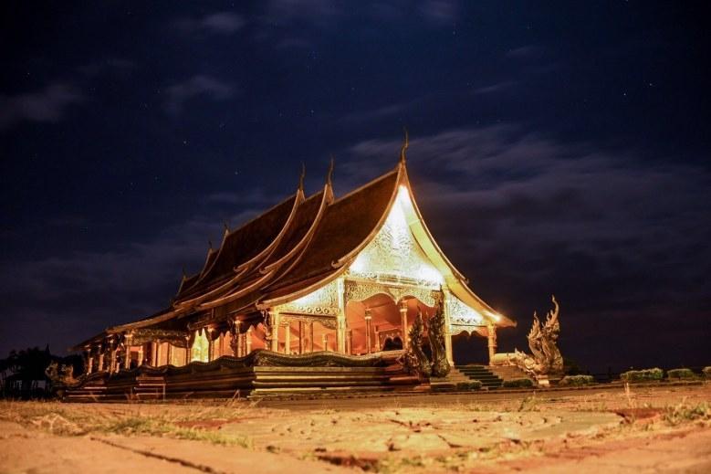 Du khách kéo nhau đến xem ngôi đền 'phát sáng' trên đỉnh đồi ở Thái Lan Ảnh 3