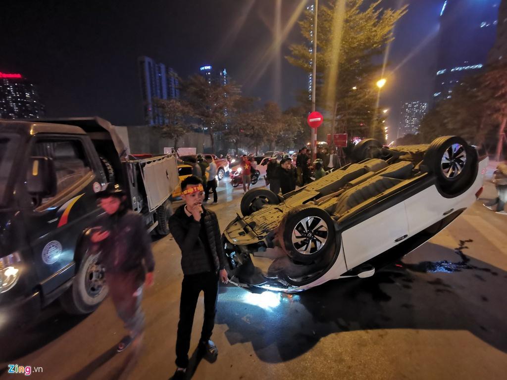 Honda CRV lật ngửa giữa dòng người mừng chiến thắng SEA Games Ảnh 1