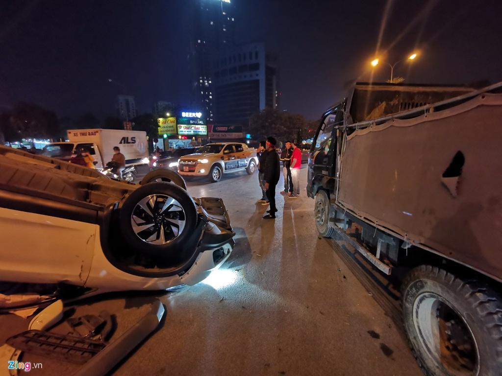 Honda CRV lật ngửa giữa dòng người mừng chiến thắng SEA Games Ảnh 5