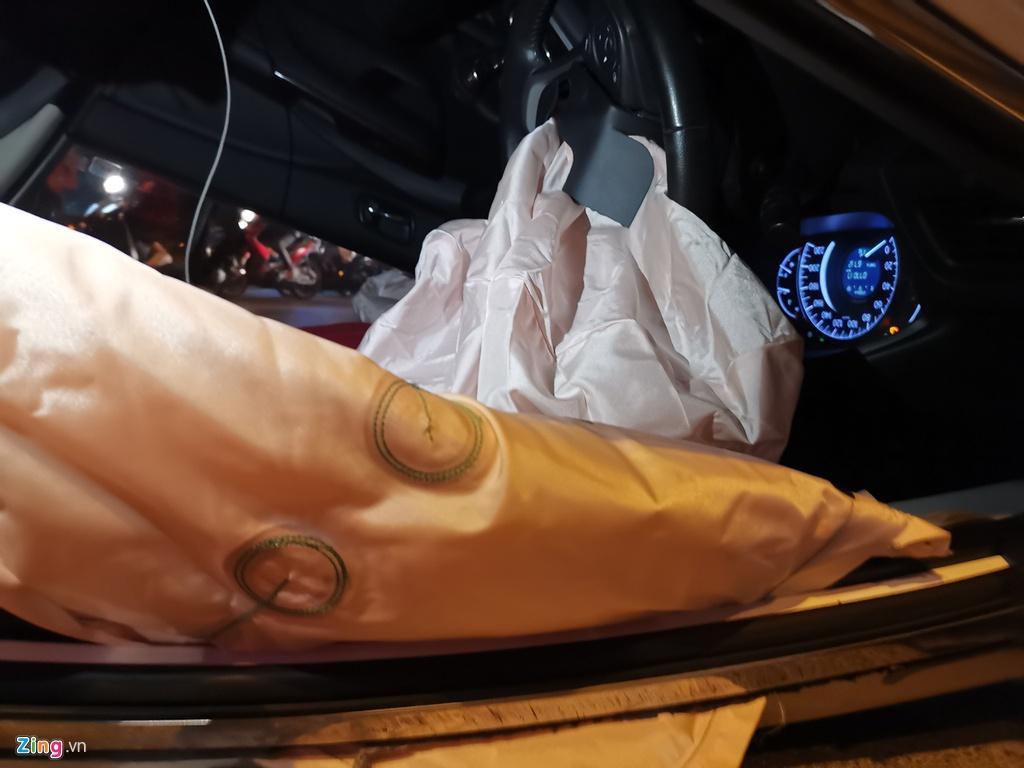 Honda CRV lật ngửa giữa dòng người mừng chiến thắng SEA Games Ảnh 2