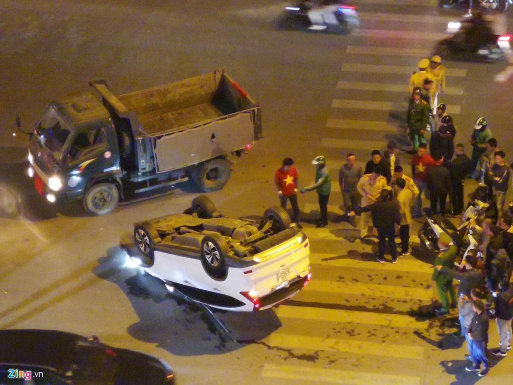 Honda CRV lật ngửa giữa dòng người mừng chiến thắng SEA Games Ảnh 4