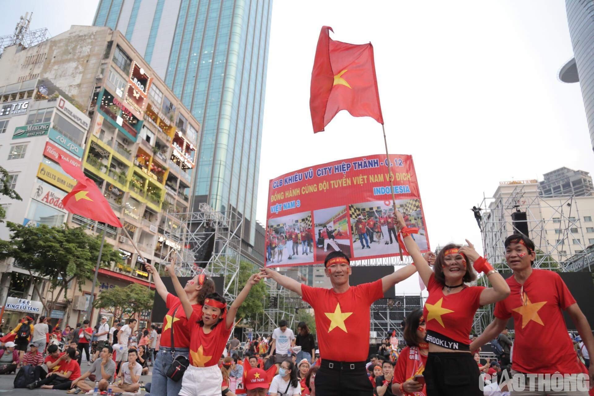Việt Nam 'nổ tung', triệu người xuống đường mừng nhà vô địch SEA Games Ảnh 3
