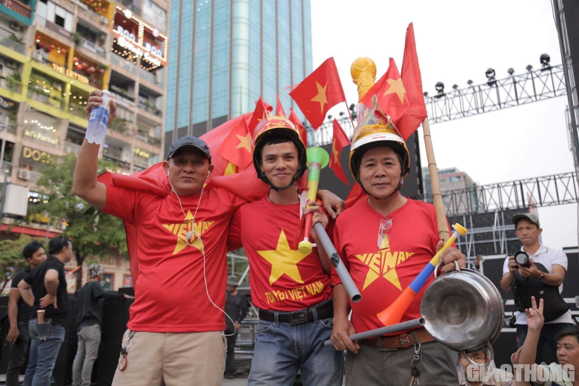 Việt Nam 'nổ tung', triệu người xuống đường mừng nhà vô địch SEA Games Ảnh 4