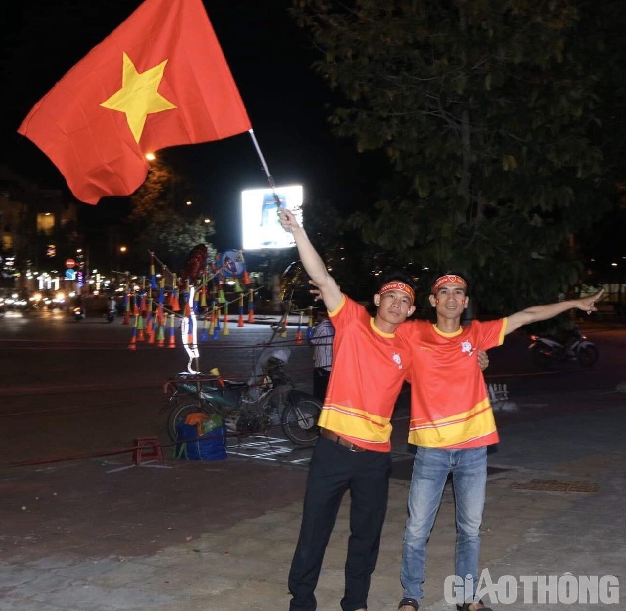 Việt Nam 'nổ tung', triệu người xuống đường mừng nhà vô địch SEA Games Ảnh 7