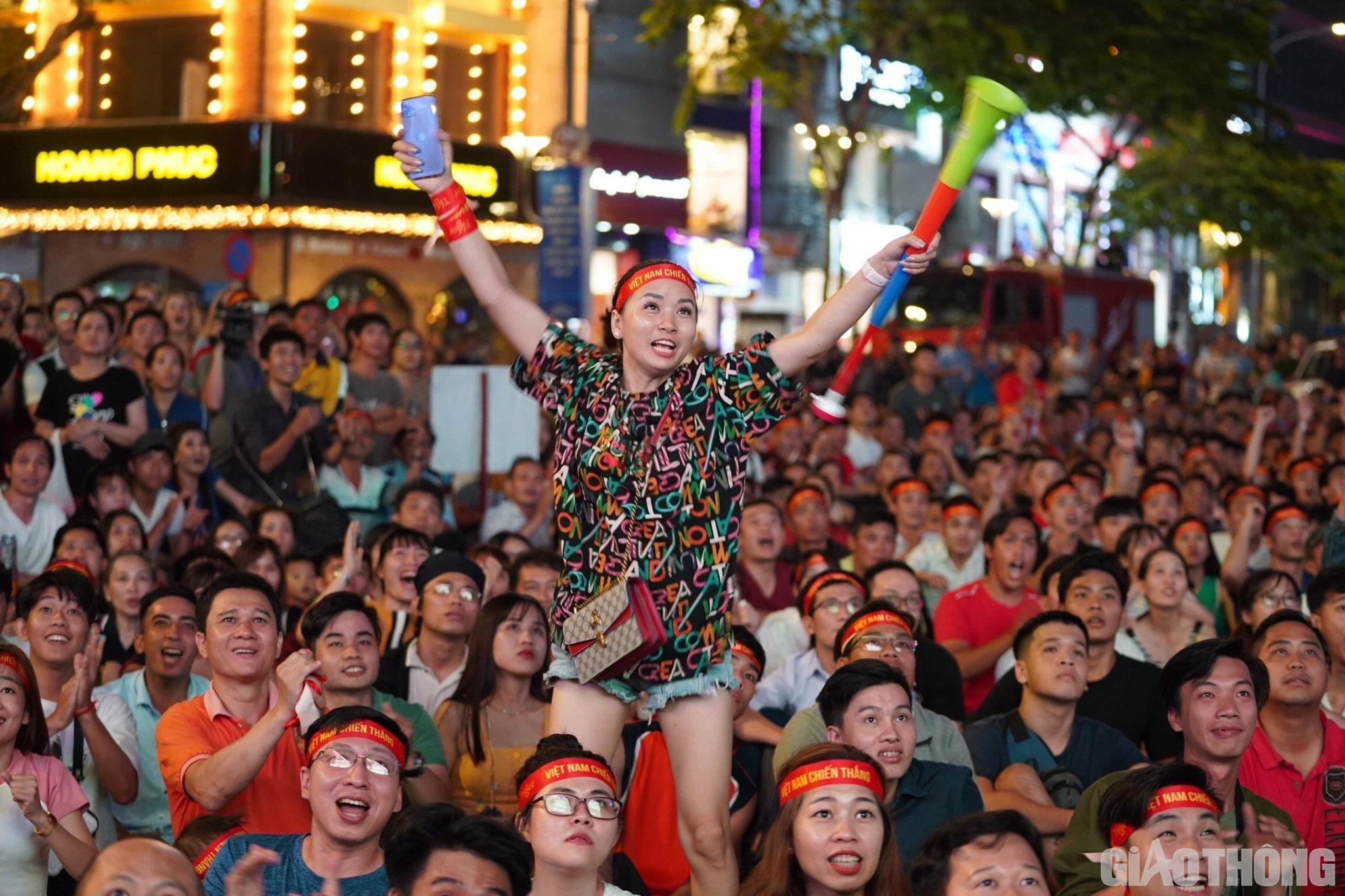 Việt Nam 'nổ tung', triệu người xuống đường mừng nhà vô địch SEA Games Ảnh 1